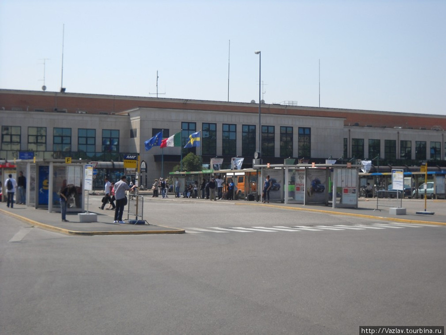 Вид на вокзал с прилегающей площади