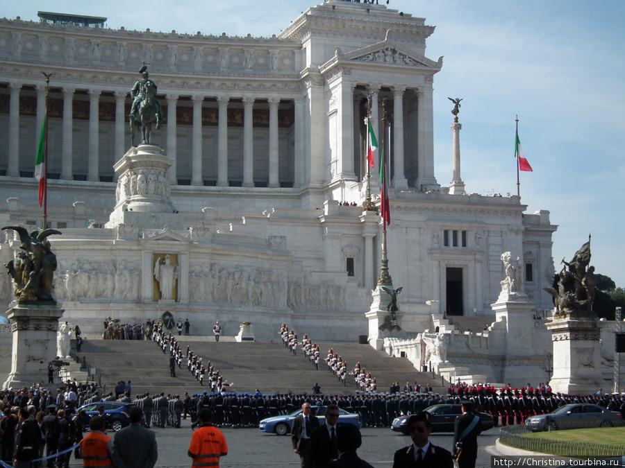 Парад на площади Венеции, посвященный дню объединения Италии! Медведев, кстати, где-то тут, среди приглашенных глав держав.