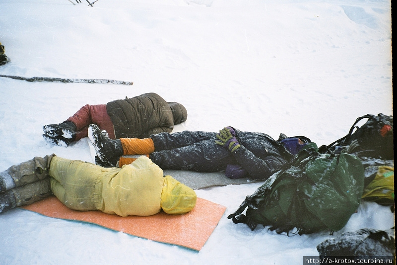 Пока относительно тепло — можно дремать прямо на трассе, на ковриках, в ожидании машны. Когда будет -40 и ниже, мы уже так не поваляемся