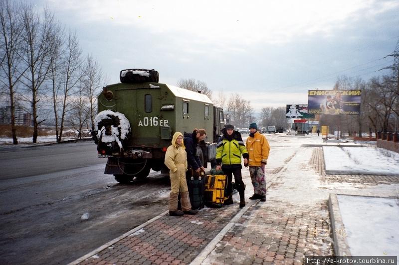 Мы финишируем в Красноярске. И радуемся теплу! На фоне машины, в кузове которой мы ехали 4 суток!