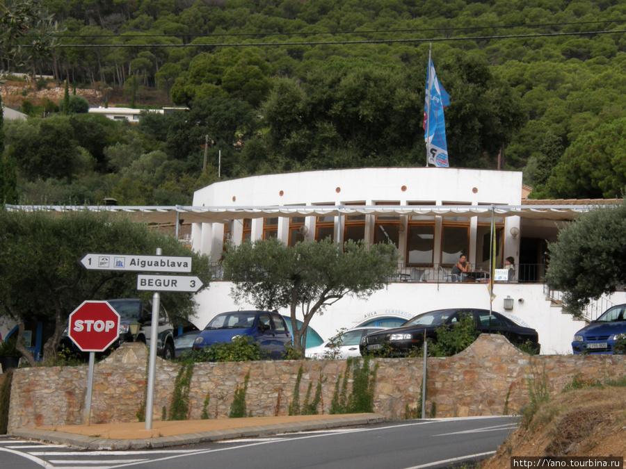 Hostal Ondina, Aiguablava, Spain Полукруглое белое здание — это ресторан. Номера располагаются в одноэтажных пристройках справа и слева от него. Укзатель на развилке: 3 км до