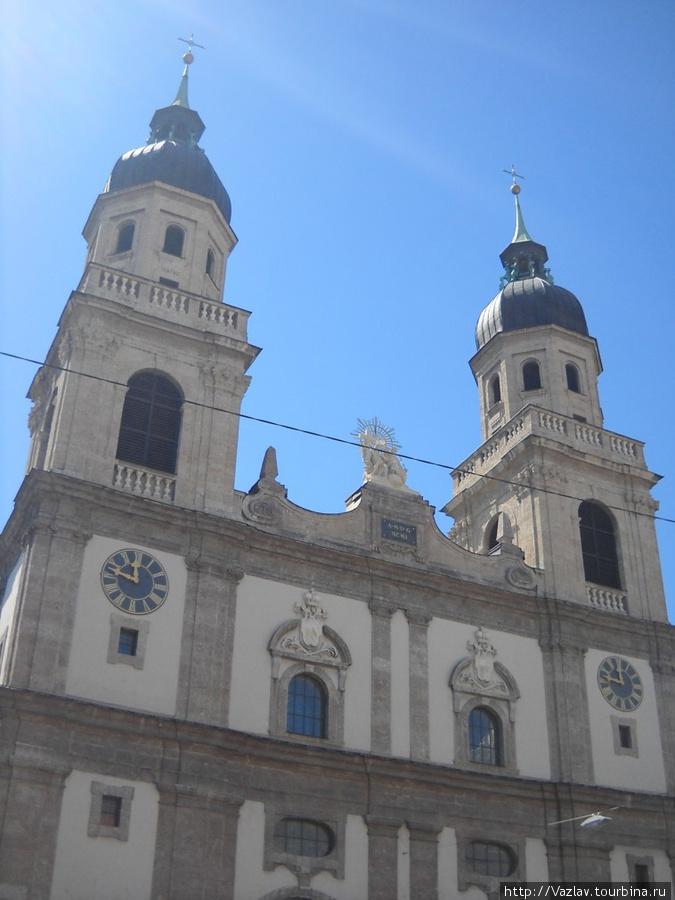 Фасад церкви и её башни
