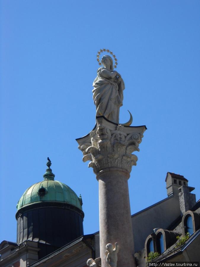 Фигура Девы Марии, венчающая колонну