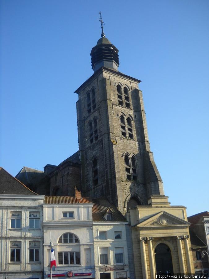 Разницу между фасадом и колокольней видно сразу