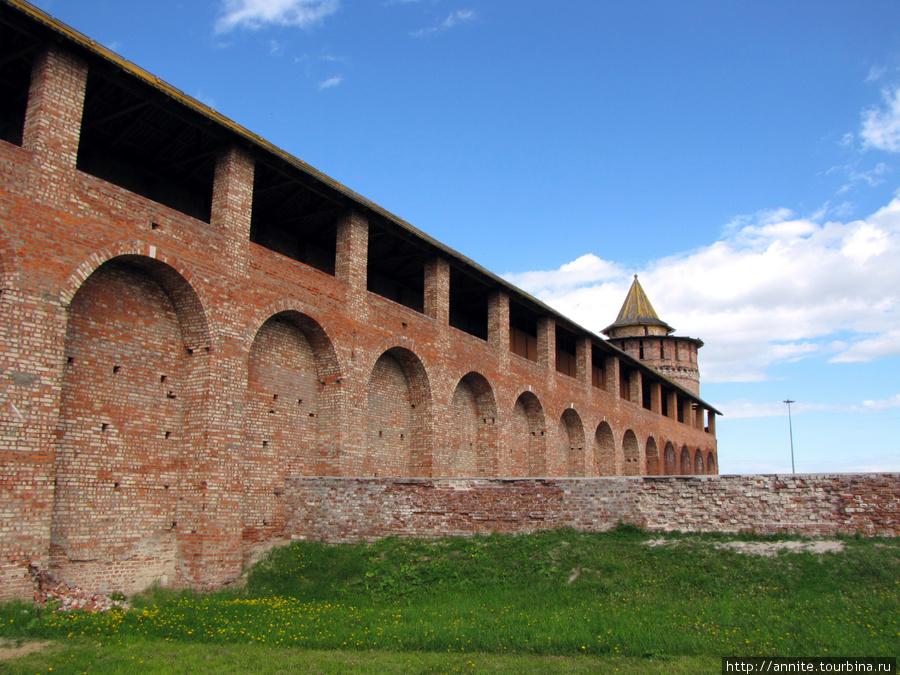Коломенская, или Маринкина, башня и прясло стены (вид со стороны внутренней стороны Кремля).