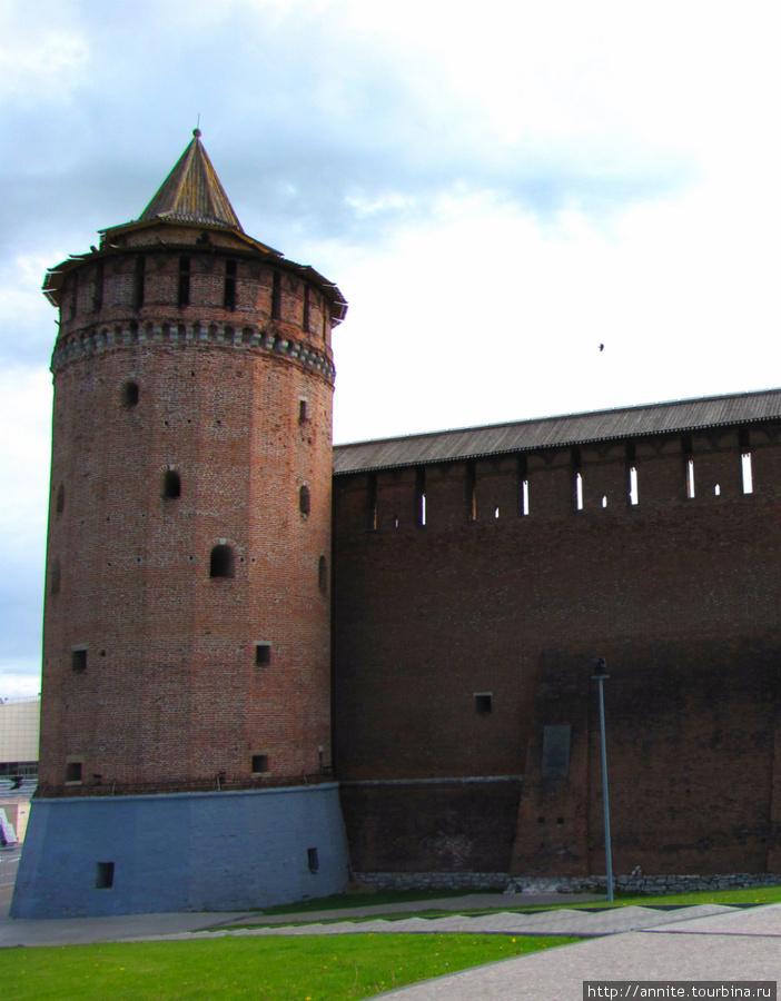 Коломенская, или Маринкина, башня и прясло стены (вид со стороны ул Октябрьской революции).