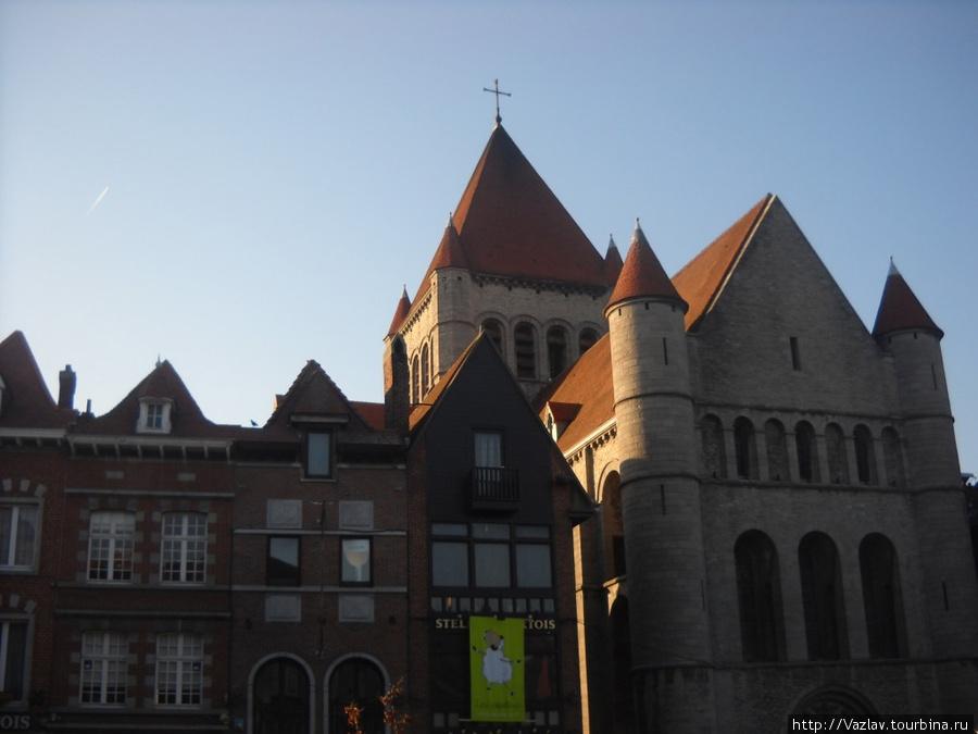 Вид на церковь; башни под стать замку!