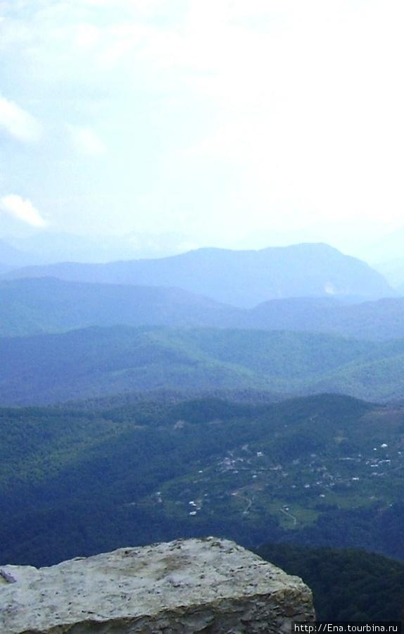 Июль 2006. Экскурсия в Сочи. На горе Ахун, вид на горы и небо с башни