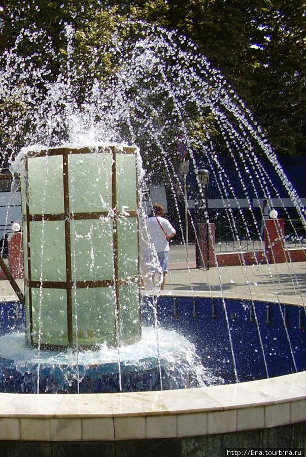 Июль 2006. Экскурсия в Сочи. Интересный фонтан-кружка у