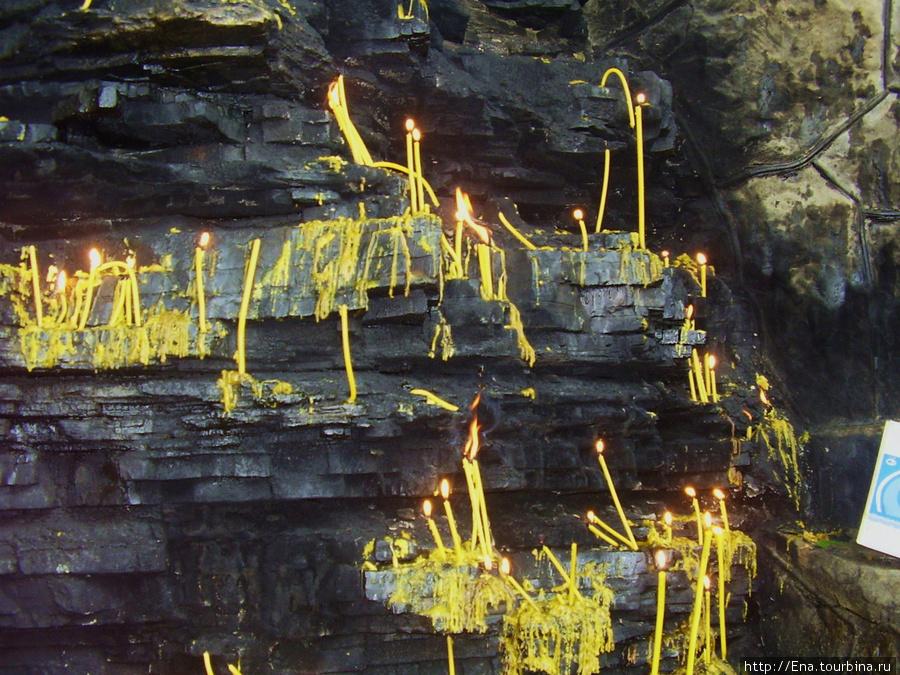 Сентябрь 2008. Экскурсия к святым источникам Неберджая и в Феодосьевскую пустынь. Свечи на скале у святых источников