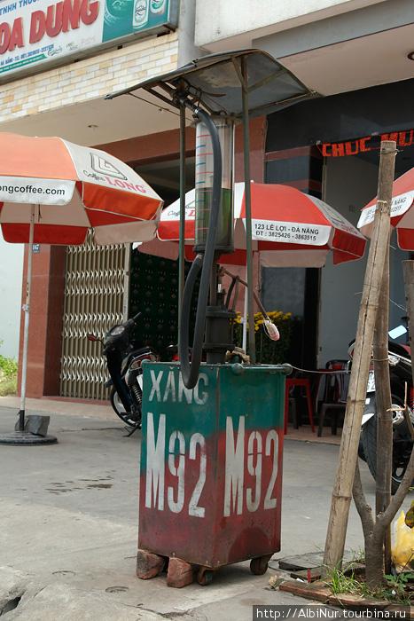 Перепродажей бензина для мотобайков во Вьетнаме не занимается только ленивый. Объём бака ведь невелик, часто требует дозаправки. На большинстве перекрёстков стоят забавные конструкции — примитивные бензиновые колонки, а то и просто продают бензин разлитый в бутылки.