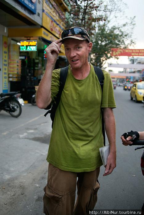 Сумасшедший англичанин, встреченный нами на улицах Дананга, бывший военный, утверждал, что у него секретная миссия и доказывал нам, что в крахе социалистического барьера на пути империализма с запада на восток виноваты мы — русские: