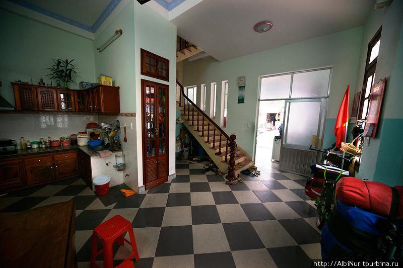 Дом  — типичный вьетнамский. Четырёхэтажный, похож на башню или конструктор лего, кубические небольшие комнаты-этажи расположены друг над другом, соединены крутой лестницей. На каждом этаже, кроме последнего, туалетодуш. Кухня же на первом этаже, по всей видимости, не используется, а скорее дань традициям быта. Все едят вне дома или приносят готовую еду. При первой встрече нас накормили лапшой-бомжпакетом, всерьез, как и все азиаты, считая это полноценной едой. На первом же этаже паркуют свои мотобайки. Обувь оставляют при входе, а ходят по дому босиком. В доме очень чисто и несмотря на небольшой размер этажей, просторно.