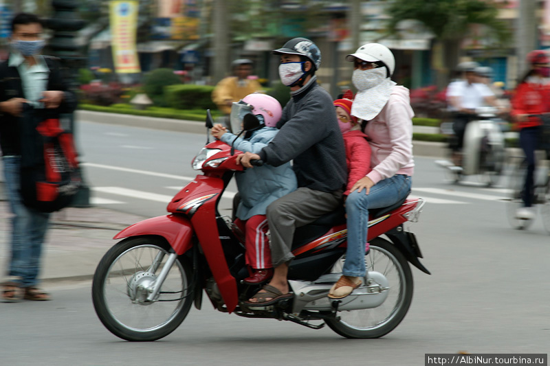 На мотобайках вьетнамцы не только умудряются ездить всей семьёй, по пять человек, но и возить грузы больше, чем сам мотобайк размером. К примеру, можно увидеть как едет комод по улице, при приближении только видишь под комодом мотобайк и ездока.