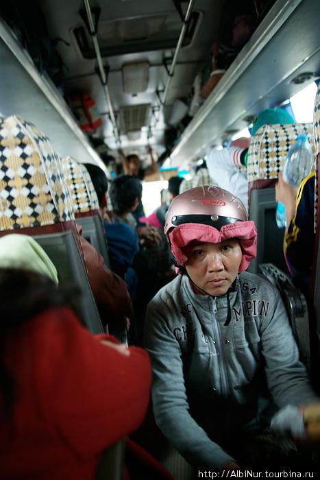 На светофорах автобусы догоняют бодрые мотобайкерши с корзинками и, пробегая по проходу, прямо на коленке делают и продают сандвичи, десяток за считанные минуты.