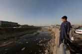 Первое впечатление — Кабул одна большая тюрьма, или крепость, кому как больше нравится. Мне не понравилось совсем. ) Вдоль улиц стоят огромные бетонные заборы с колючей проволокой, везде огневые точки, мешки с песком, солдаты. Очень много людей с оружием, причем все в разной форме.
