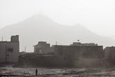 Типичный городской пейзаж. Очень пыльно. Многие носят медицинские повязки, кто-то заворачивается в шарф, чтобы не дышать пылью.