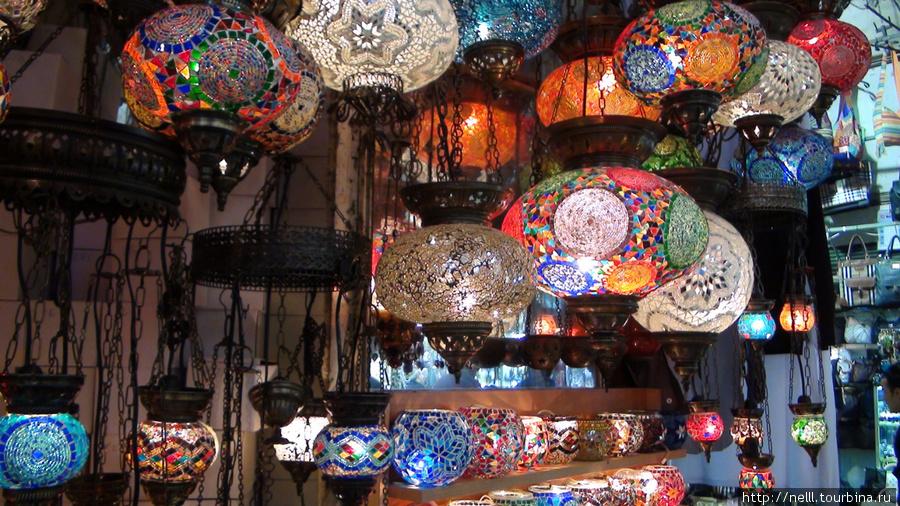 Многообразие ярких ламп завлекает глаза. Так и хочется купить ламы разных дизайнов..