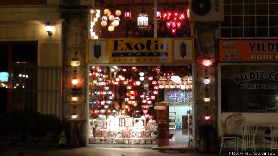 Многие магазины в центре города очень стильно и завлекательно украшены лампами, создавая обворожительную вечернюю атмосферу центра.