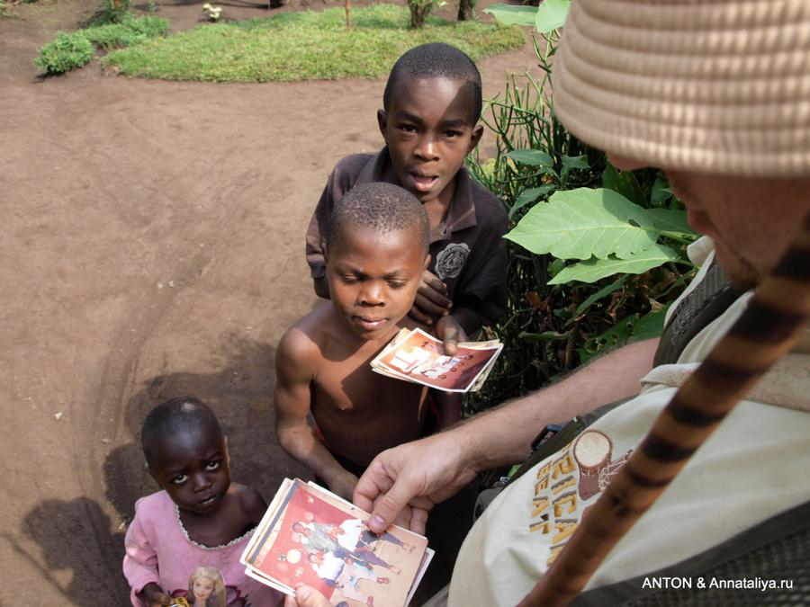 Во время треккинга к водопадам деревенские дети показывают нам фотографии своих родственников