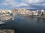 вид со скалистого берега озера на само озеро, мостик через канал и дальше до акватории порта и есть визитка город