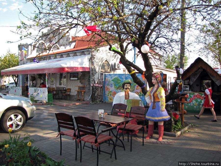 на улице много инсталяций в украинском народном стиле