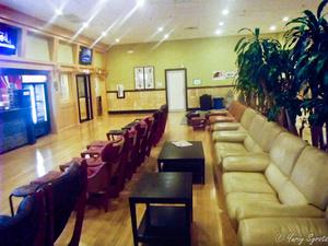 Там небольшой бар и два телика. На этих диванах можно поесть и посмотреть.