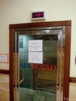 Дверь холодильной комнаты с термометром.