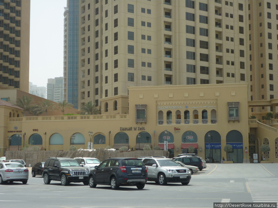 Вид снаружи, со стоянки. Слева от него отель Amaj Rotana, а слева Hilton