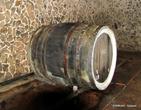 Вино хранится в бочках с крепкими металлическими ободами.