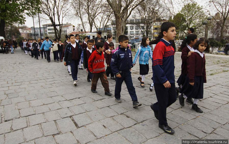 Школьники топают на экскурсию