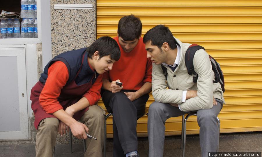 Подростки с мобилой