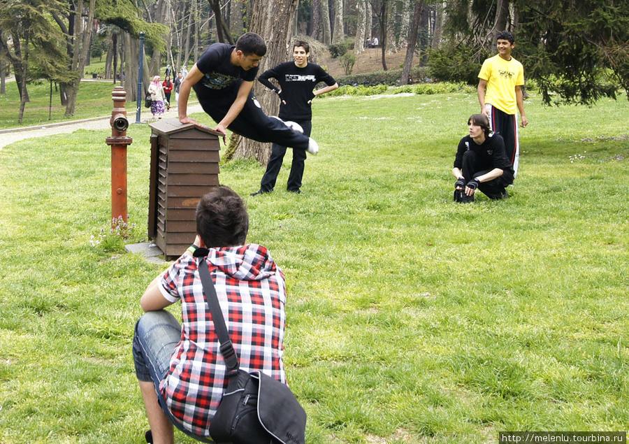 Парни практикуются в паркуре