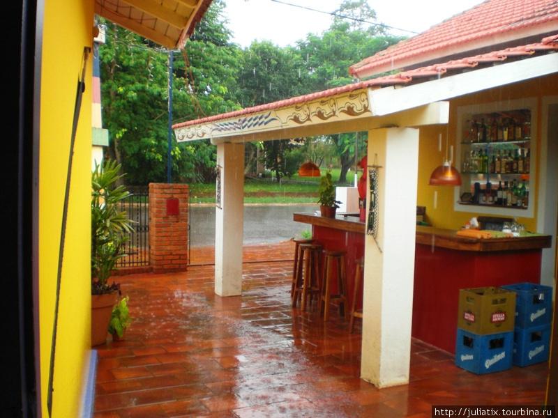 веранда-бар в дождь