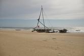 Пляжи западного побережья, как этот в Негомбо — возможность рассмотреть лодки-орувы.