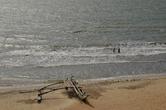 Еще лодка-орува на побережье в Негомбо: ее я увидела с террасы отеля Jetwing Sea, что стоит в конце пляжа.