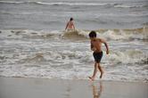 Как в Берувеле ни волнит к полудню, когда ветер разгуляется, его пологие длинные пляжи — любимое место купальщиков. Возраст при этом не имеет значения.
