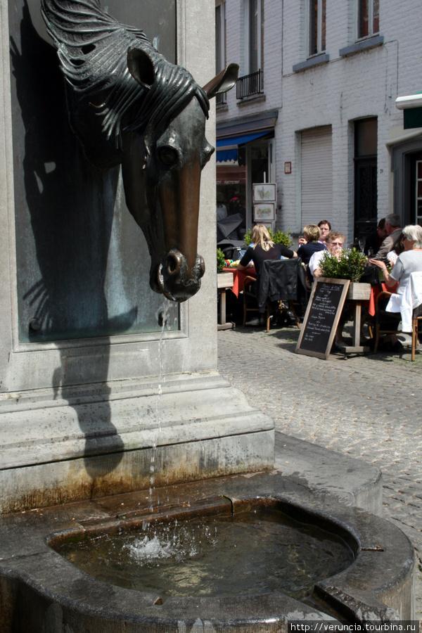 Памятник лошади на площад
