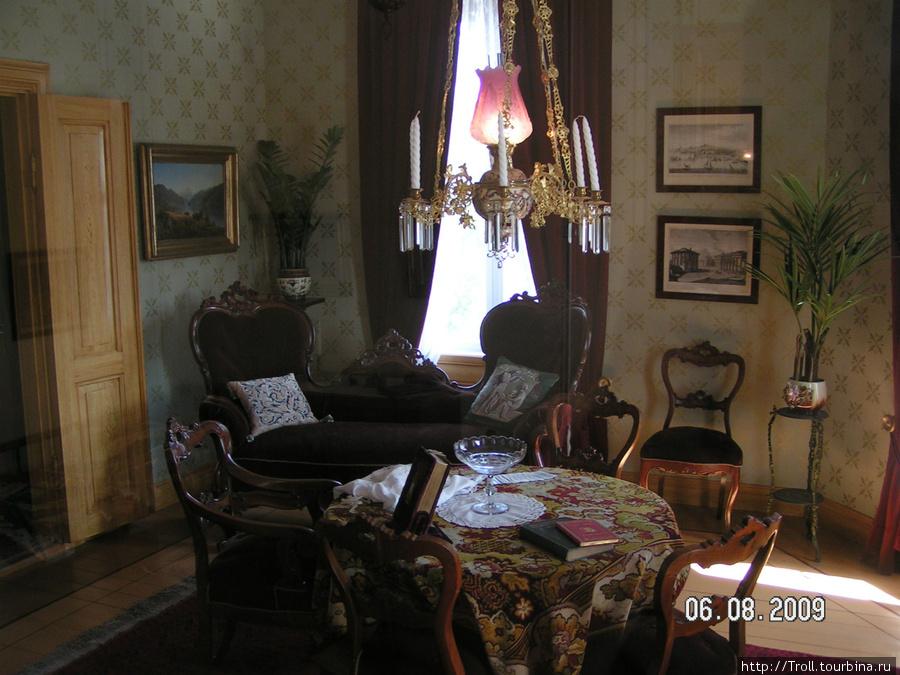 Гостиная XIX века — вот именно в такой, судя по надписям, вершилось действие