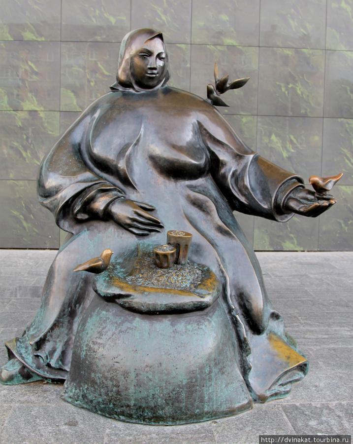 Памятник бабке с семечками