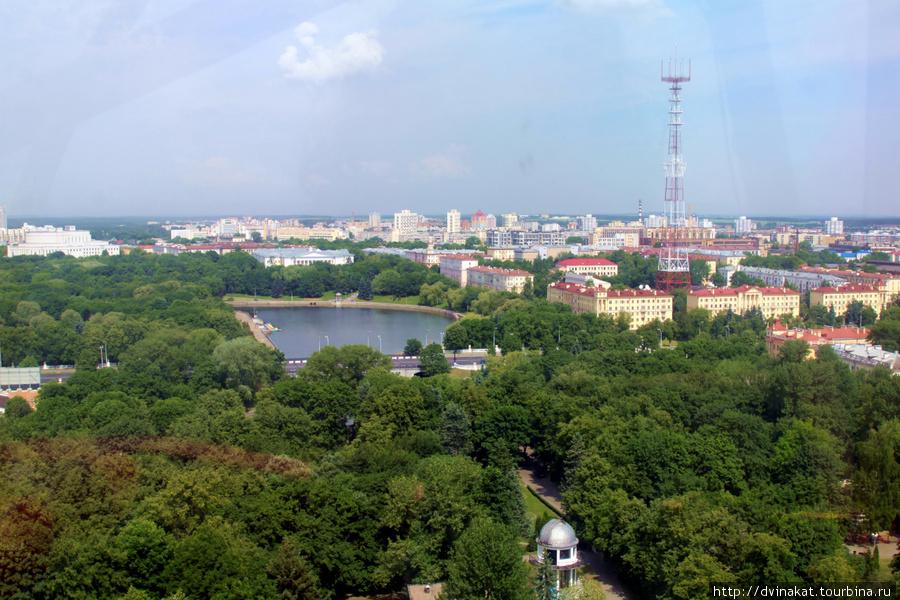 Вид сверху на зеленый город