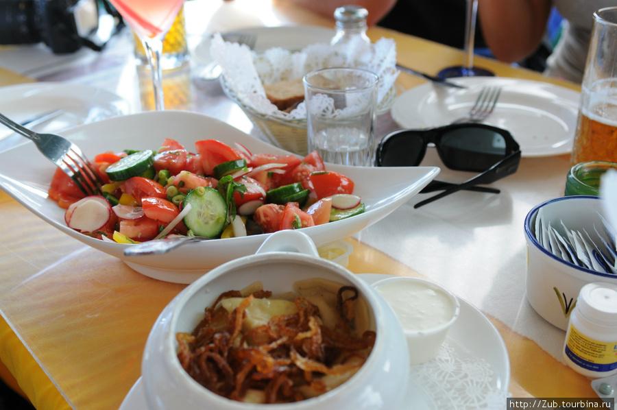 Овощной салат и вареники с картошкой.