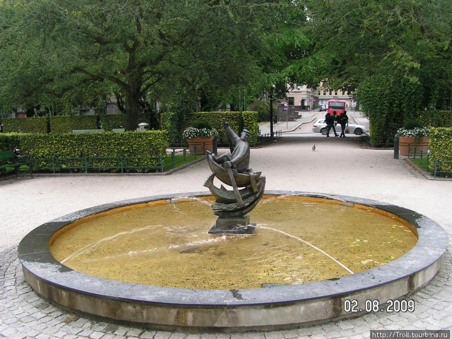Одна из потешных скульптур в парке