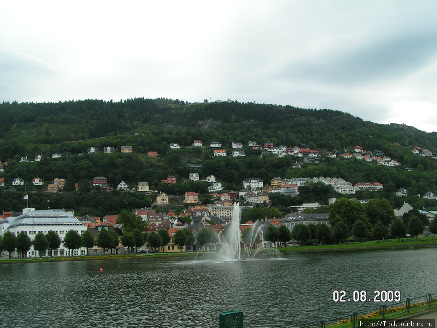 Центральное озеро с фонтаном