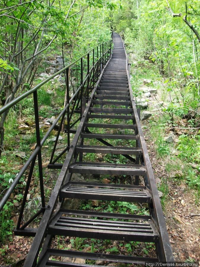 Первая покоренная вершина нацпарка — Двуглавая сопка. Дорога к ней начинается с железного моста, глядя на который думаешь, что прямо по лестнице дойдешь до высоты в 1034 метра. Ан, нет! Еще несколько километров по камням, откосам, долгим отдыхам и желанию плюнуть на все и вернуться назад. Златоуст, Россия