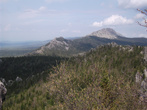 А вон туда я иду. На фото: ближние скалы — Откликной гребень (1155 метров), дальняя гора — Круглица (1178 метров).