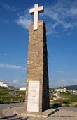Крест с табличкой с записью, что в находитесь на самой западной точке континентальной Европы