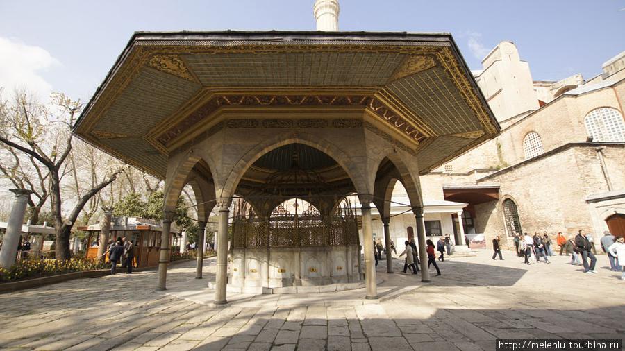 Место для омывания ног перед входом в храм-мечеть Софию