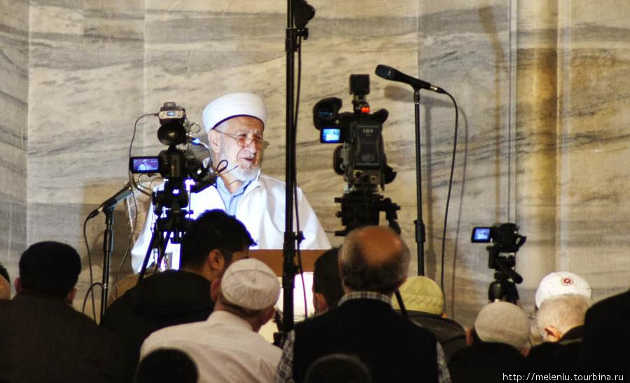 В момент нашего визита в мечети брали интервью у дядьки в чурбане