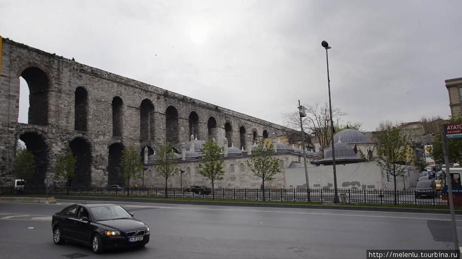 Днём акведук серый и неин